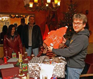 Thorsten packt das Geschenk von Rolf aus
